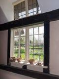 Una finestra adorabile del cottage come visto dall'interno immagine stock