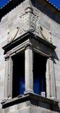 Una finestra d'angolo con una vista della cattedrale Fotografia Stock