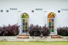 Una finestra di legno bianca di due porte domestiche con la parete bianca di vetro variopinta Fotografie Stock Libere da Diritti