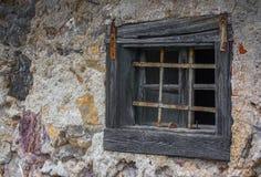 Una finestra di vecchia casa rustica del villaggio immagini stock