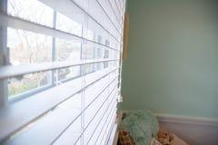 Una finestra ed i ciechi bianchi fotografia stock libera da diritti