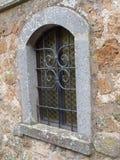 Una finestra medievale incurvata con disposizione di pietra fotografia stock