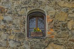Una finestra nella parete di pietra Immagine Stock