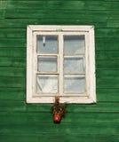 Una finestra nello stile d'annata nel fondo verde della parete, dettagli di architettura Frammento variopinto della finestra Scen Immagine Stock