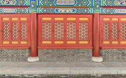 Una finestra rossa di scolpisce i modelli o le progettazioni sulla lavorazione del legno Fotografie Stock Libere da Diritti