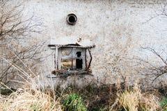 Una finestra rotta su una vecchia casa Immagini Stock
