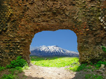 Una finestra sull'Etna. Una finestra sul Monte Etna in Sicilia, composizione Stock Photography