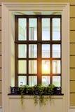 Una finestra in una vecchia costruzione con una lampada Immagini Stock