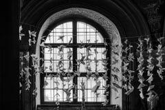 Una finestra in una vecchia costruzione Prima delle colombe della carta di caduta della finestra di pace Fotografia Stock Libera da Diritti
