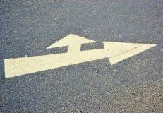 Una flecha en el camino imagenes de archivo
