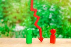 Una flecha roja separan a dos personas El concepto de conflicto y de discordia, desacuerdo y malentendido del opositor A foto de archivo