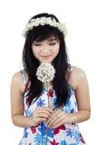 Una flor que huele de la mujer imagenes de archivo
