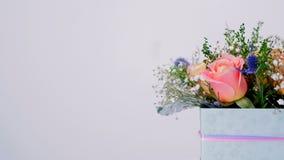 Una floristería ofrece una variedad de flores y de ramos almacen de metraje de vídeo