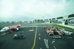 Una flota de aviones comerciales que son mantenidos en el terminal KLIA2 del aeropuerto internacional Malasia Imagen de archivo