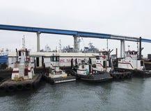 Una flota del remolcador atracada debajo del San Diego Coronado Brdige Foto de archivo