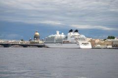 Una fodera di crociera è ancorata al DES Anglais, pomeriggio nuvoloso della passeggiata di luglio St Petersburg Immagine Stock Libera da Diritti