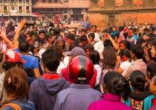 Una folla che celebra Holi immagini stock