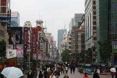 Una folla dei clienti che camminano lungo la strada dei negozi famosa della strada di Nanchino Fotografia Stock
