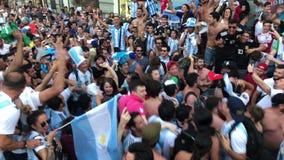 Una folla dell'Argentina smazza nel centro di Mosca stock footage