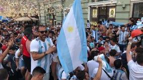 Una folla dell'Argentina smazza nel centro di Mosca video d archivio