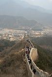 Una folla della gente che cammina la sezione di BaDaling della grande muraglia Pechino Fotografie Stock