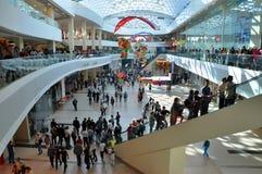 Una folla della gente che compera nel centro commerciale sul giorno di apertura Fotografia Stock