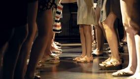 Una folla enorme sta ballando su una pista da ballo della discoteca video d archivio