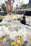 Una folla ha posto i fiori all'altare per il re della Tailandia Immagine Stock