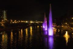 Una fontana di notte Fotografia Stock