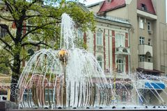 Una fontana meravigliosa nella bella città di Ivano-Frankivsk l'ucraina Immagine Stock Libera da Diritti
