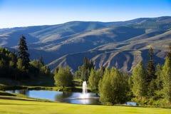 Una fontana nelle montagne fotografie stock libere da diritti