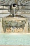 Una fontana vicino alla chiesa Fotografia Stock
