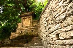 Una fonte antica di acqua naturale Immagine Stock Libera da Diritti