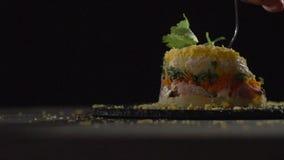 Una forcella perfora un pezzo di insalata della mimosa stock footage