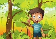 Una foresta con un giovane ragazzo che porta una maglietta della banda Fotografia Stock