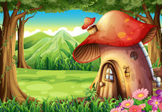 Una foresta con una casa del fungo Fotografie Stock
