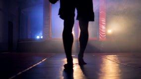 Una forma masculina oscura se niega a afrontar una jaula que lucha almacen de metraje de vídeo