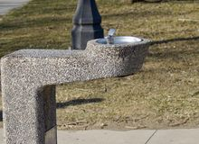 Una forma piacevole di fontana in un parco fotografia stock