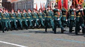 Una formazione di soldati sul quadrato rosso