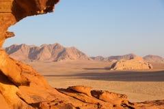 Una formazione rocciosa durante il tramonto in Wadi Rum, Giordania fotografia stock