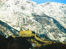 Una fortaleza en montañas del invierno Foto de archivo