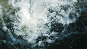 Una forte corrente di acqua di ribollimento e di schiumatura che cade video d archivio