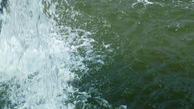 Una forte corrente di acqua di ribollimento e di schiumatura che cade stock footage