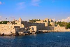 Una fortificazione antica intorno ad una vecchia città. Rodi. Fotografie Stock