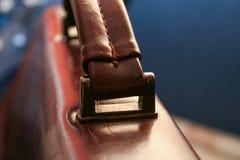 Una foto con una aproximación a una cartera de cuero marrón del negocio imágenes de archivo libres de regalías