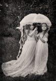 Una foto d'annata di due ragazze con l'ombrello Immagine Stock Libera da Diritti