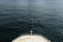 Una foto de color del frente de un barco de cruceros durante un viaje foto de archivo libre de regalías