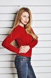 Una foto de la muchacha hermosa está en el estilo de la moda, encanto Suéter rojo Foto de archivo