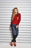Una foto de la muchacha hermosa está en el estilo de la moda, encanto Suéter rojo Imagen de archivo