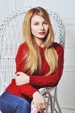 Una foto de la muchacha hermosa está en el estilo de la moda, encanto Suéter rojo Fotografía de archivo